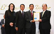 The Obayashi's engineer (right) received the finalist certification from CEO of the World GBC (left) at the ceremony on September 3 in Singapore
