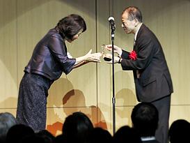 受賞企業の代表として表彰される大林組代表取締役副社長の原田昇三