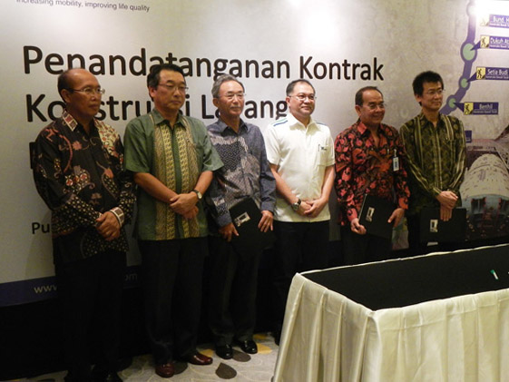Attendees at the contract signing ceremony. Mr. Osamu Fujiwara (Third from left), Indonesia Office General Manager of Obayashi attended it.