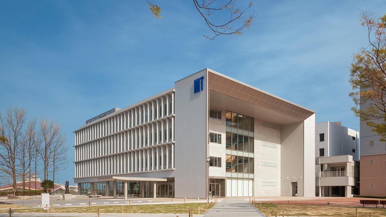 西日本工業大学おばせキャンパス本館